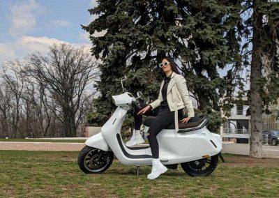 EMGo-Razzo-ElectricMotorcycle-White-Street-model-test